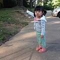 T寶寶在家門口散步