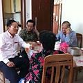 夫與子、婿陪著阿麻聊天。