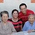 2013.06.08.阿麻與三姑,時齡86與96的兩位國寶,與我們在金門后浦頭老家留影。