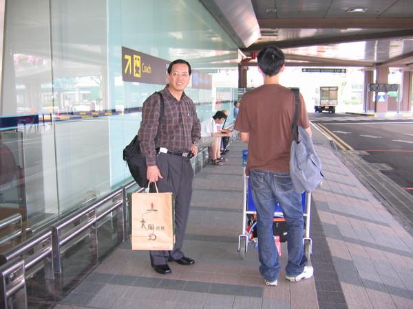 爸媽和小多到新加坡探親,在樟宜機場,酷小孩照背影。08/08/15
