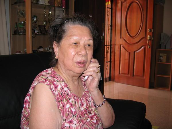 阿嬤與阿祖講越洋電話,30分鐘很開心。