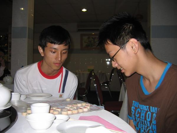 表兄弟吃飯前先下一下棋。