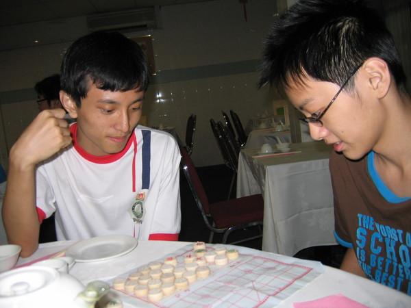 要吃飯了,還在下棋啊?