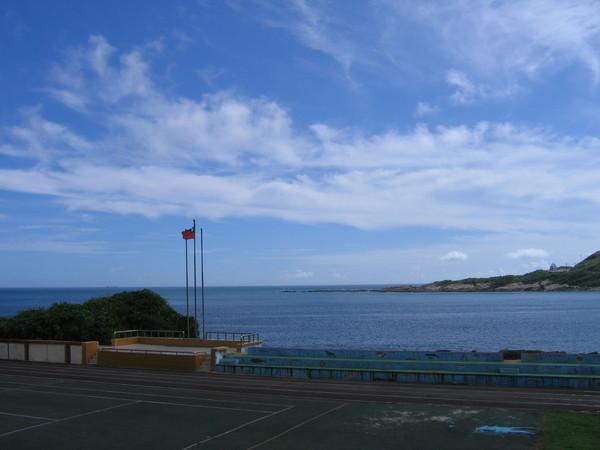 福連國小操場正對著浩瀚太平洋