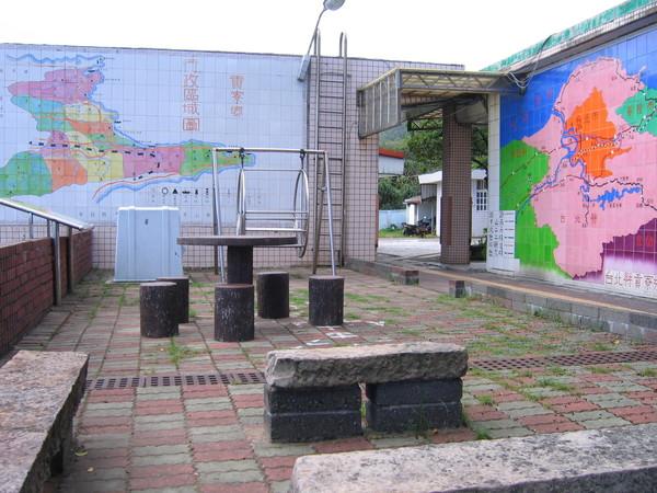 福連國小位在台北縣貢寮鄉,看牆上有地圖。