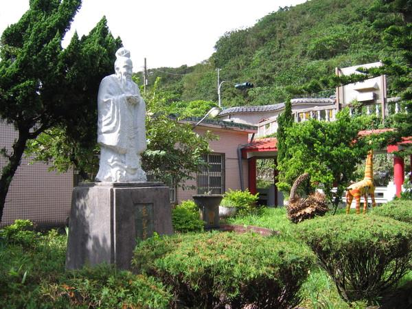 至聖先師孔子雕像與長頸鹿同樂