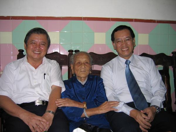 外婆高興的握著奕炳和大哥的手。