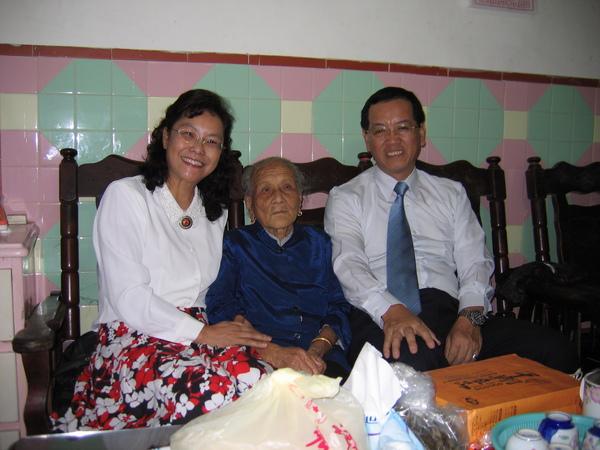 耳聰目明的外婆與我們夫妻合影。