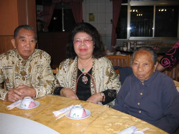 公公婆婆與三姑三老合照。