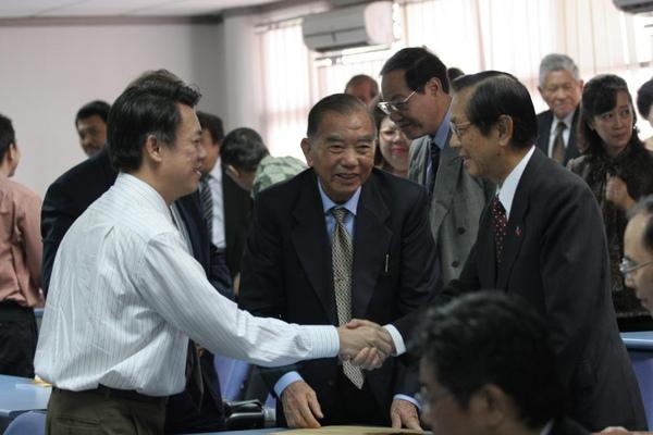 駐雅加達代表處的楊代表也來祝賀公公與民弟。