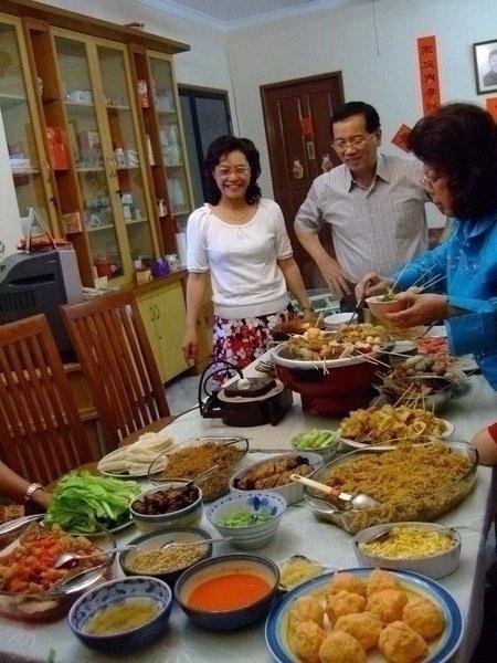 看!婆婆準備的年夜飯多麼豐盛。
