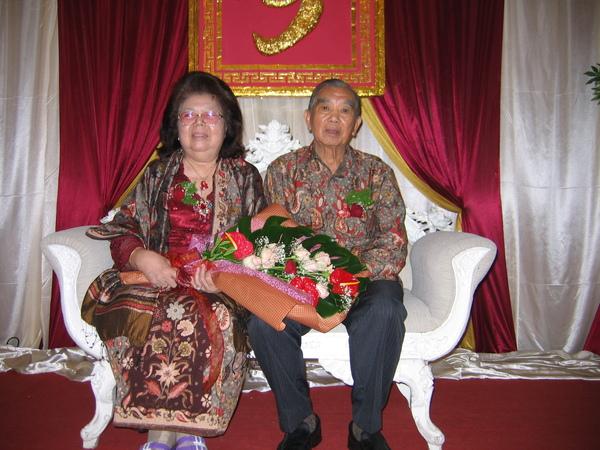 公公婆婆盛裝在壽宴結束於會場留影