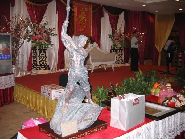 拓荒雕塑藝品是先生送父親大人的壽禮