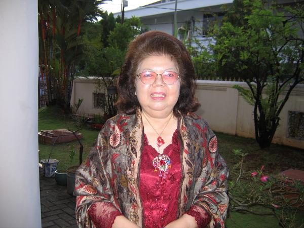 婆婆穿著印尼禮服雍容華貴