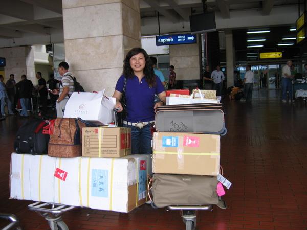 看兩個人扛了十多件行李恐怕不只80公斤吧
