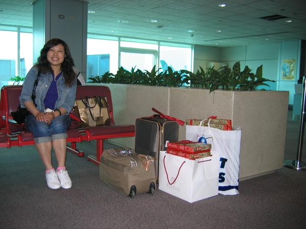在中正機場上飛機前手提行李一人兩件也不少