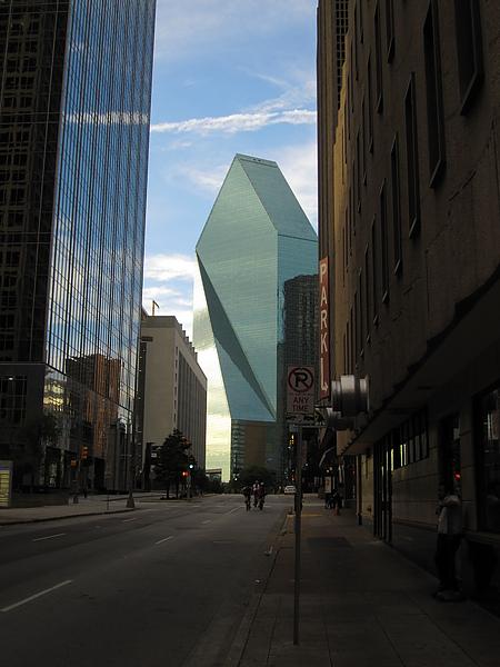 城市建築的美有許多欣賞角度,正中央貝聿銘大師的傑作幾何線條與光影美妙呈現呢.
