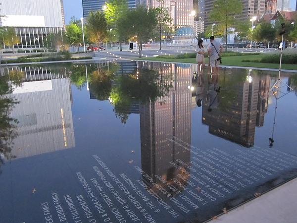水光倒影,建築造型光線與刻字,很美的城市風景,是科技人文藝術與自然的美麗結合.
