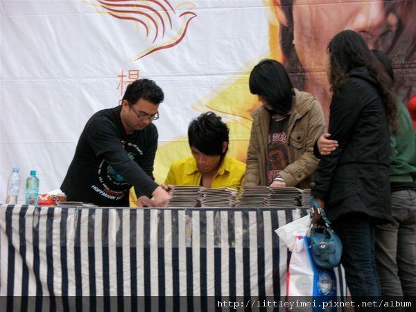 繼續簽名,最後面的鴿窩,是一箱一箱搬上去簽的,應該是幫海外鴿子購買的吧