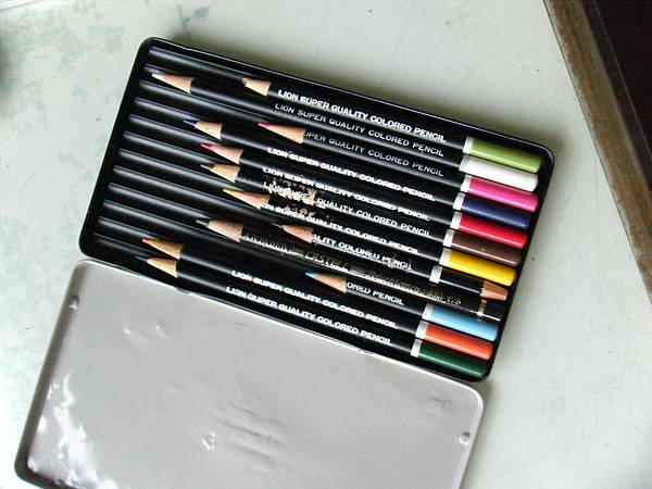LION 12色鉛筆