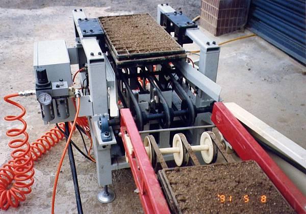 泛用型蔬菜育苗穴盤積箱機雛型機