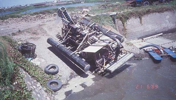 附加浮筒的四輪驅動文蛤採收車