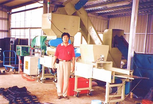 育苗軟盆端盤排放機及裝土灑肥粒機