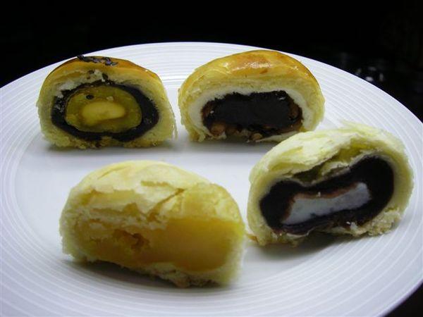 口味有:烏豆沙蛋黃酥;Q心蛋黃酥;綠豆沙蛋黃酥;松子酥