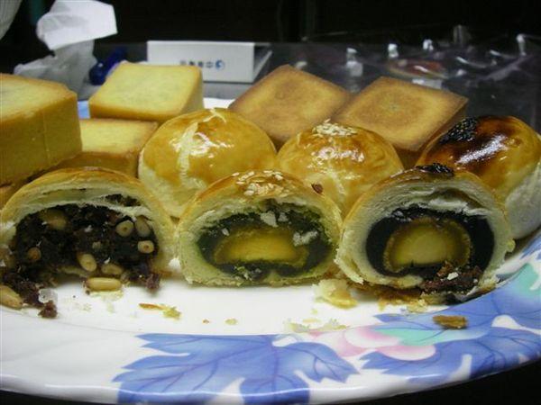 由左至右依序;松子酥;抺茶紅豆蛋黃酥;烏豆沙蛋黃酥