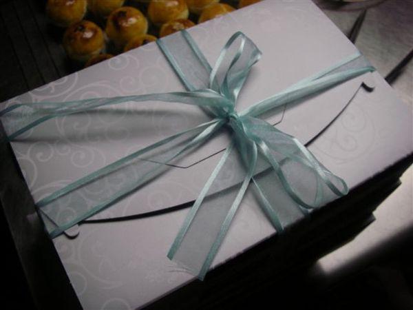 送給五叔公的蛋黃酥+鳳梨酥禮盒,綁上緞帶其實是為方便提取