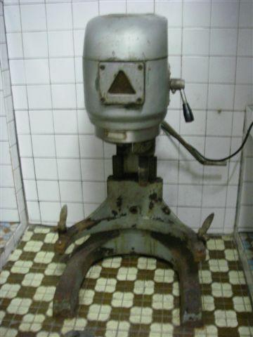 原有的巨無霸攪拌機,不知是幾貫的
