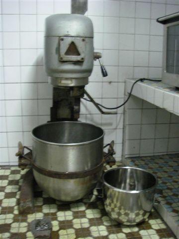巨無霸攪拌機+缸盆,旁邊是新買的攪拌缸盆