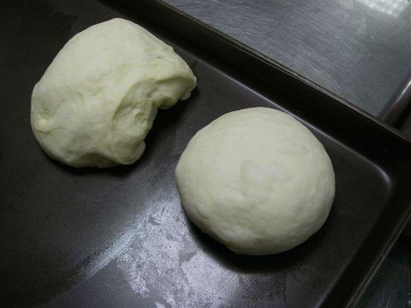 6.全部分割好後,將剩餘麵糰平均分配入各麵糰的底下,才開始滾圓