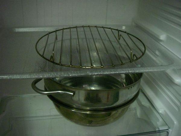 4.將熱水盆隔著塑膠板以利溫度均勻
