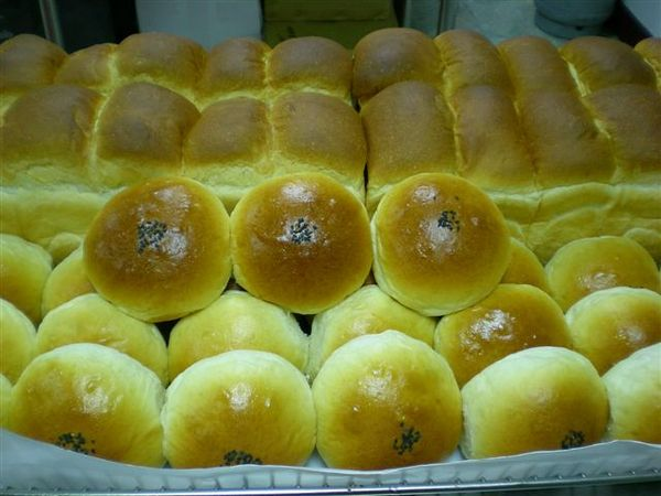 念慈做的山形白土司與紅豆甜麵包.jpg