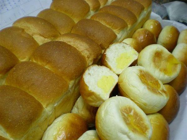 苓瑜做的山形白土司與奶酥甜麵包.jpg
