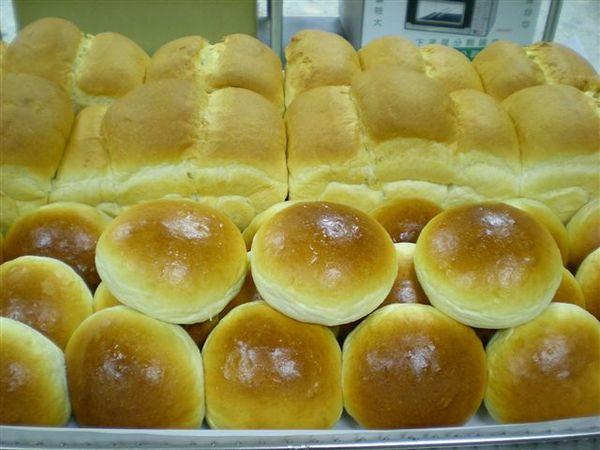 清玲做的山形白土司與未裝飾的奶酥甜麵包.jpg