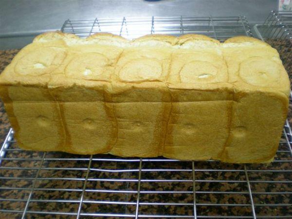 今天我做出來的山形白土司底部粉美吧,可惜表面仍是撕裂嚴重.jpg