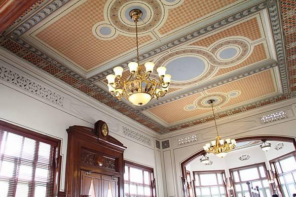 天花板也裝潢的很漂亮.JPG