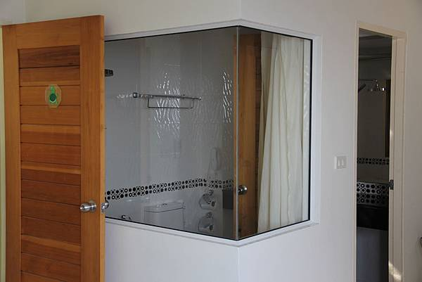 三房其中一衛浴.JPG