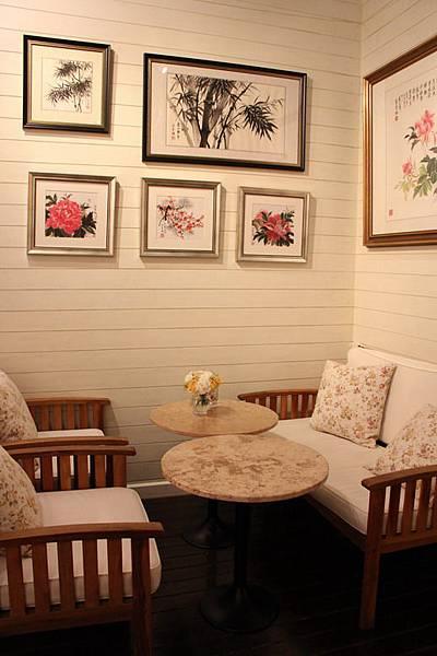 牆壁上的掛畫室寄賣的.JPG