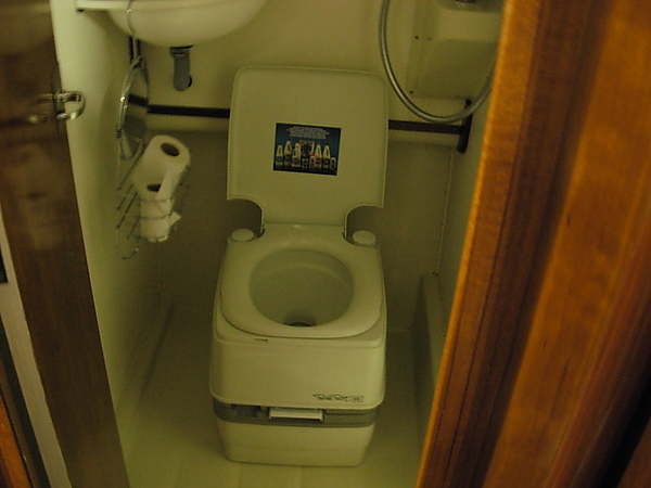 遊艇內的廁所