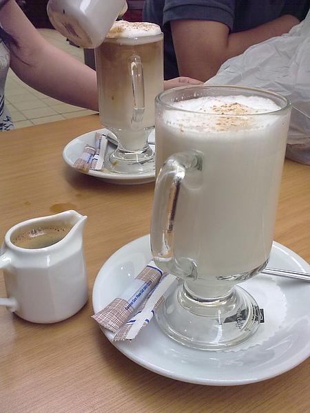 一杯牛奶+一小杯咖啡