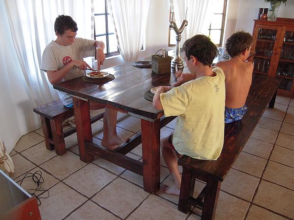 三隻小帥哥都是乖乖的在餐桌吃…