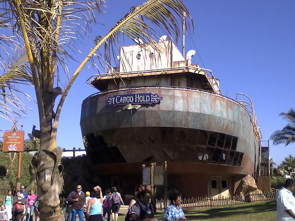 是真實的船去改造成海洋館的