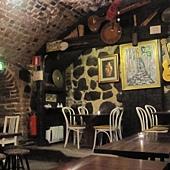 在13世紀關犯人的古老地窖內享用午餐