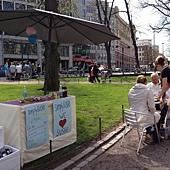 位於Helsinki 艾斯布蘭那地公園,參與餐廳日的民眾