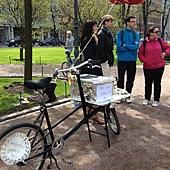 位於Helsinki 艾斯布蘭那地公園,參與餐廳日的民眾(20120519)