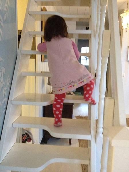硬是要自己爬樓梯,上上下下的讓阿木很緊張