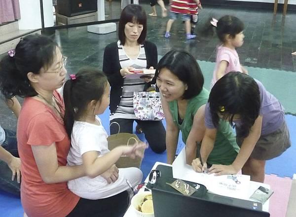 連小孩子都很欣賞我們美麗的講師,還問她什麼時候還要再來講課